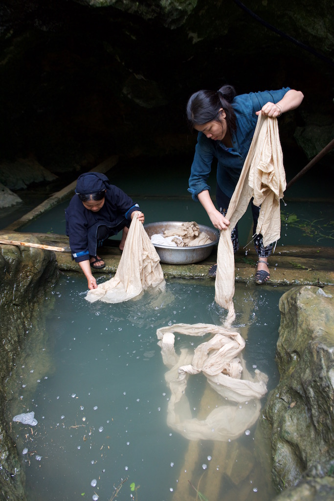 Vu Thao & Mrs So - Nung An Ethnic Woman ​​pre-washing before dyeing​